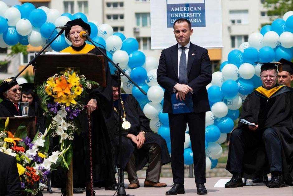 Kush është shqiptari i famshëm që ka ndihmuar qindra studente jashtë vendit